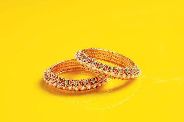Gouden sieraden op geel oppervlak