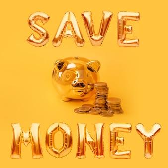 Gouden spaarvarken met geldtorens en ballonwoorden bespaar geld op gele achtergrond. geldvarken, geldbesparing, spaarpot, financiën en investeringen concept.