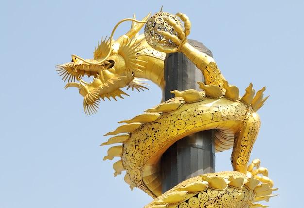 Gouden stalen draak.