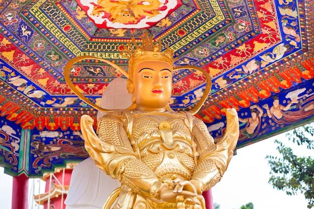 Gouden standbeeld in de tempel in hong kong.