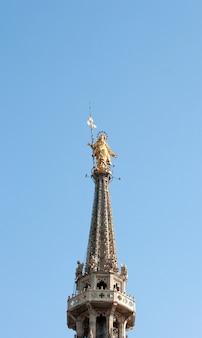 Gouden standbeeld van virgin mary, de kathedraal van milaan