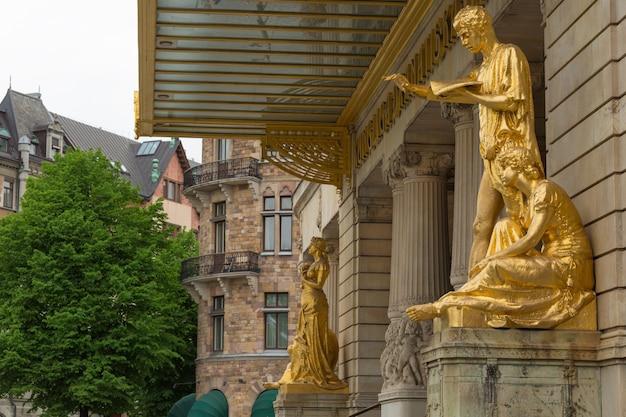 Gouden standbeelden in het koninklijk dramatisch theater in zweden