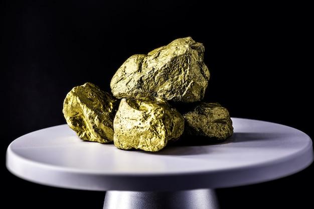 Gouden steen op elektronische weegschaal