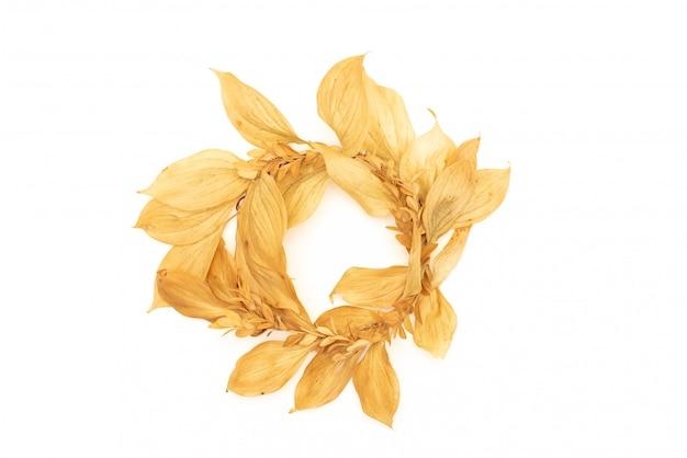Gouden stenen en gedroogde bloemen op een witte achtergrond. kuuroordachtergrond en bladgoud