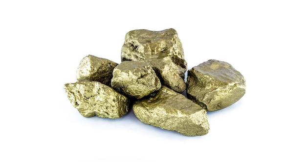 Gouden stenen op wit geïsoleerd oppervlak. kostbare gouden stenen.