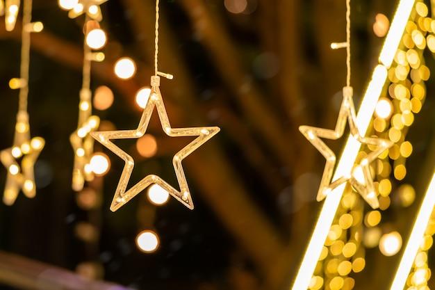 Gouden ster kerstdecoratie in de kamer