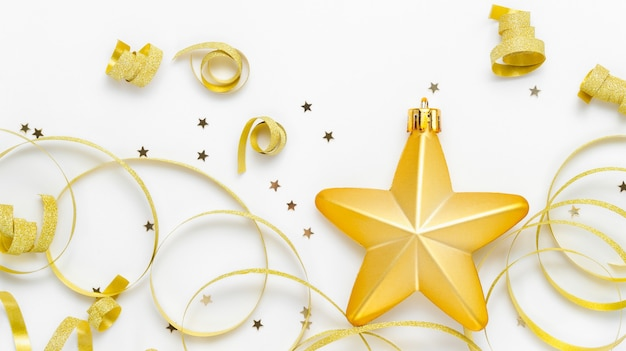 Gouden ster met gouden lint en kleine glanzende sterren voor decoratie