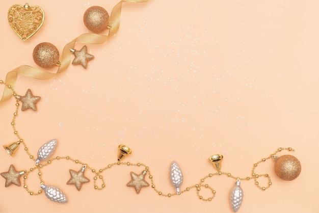 Gouden sterklok op gouden achtergrond voor verjaardag, kerstmis of huwelijksceremonie