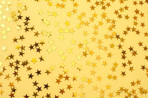 Gouden sterren op een gele achtergrond abstracte achtergrond
