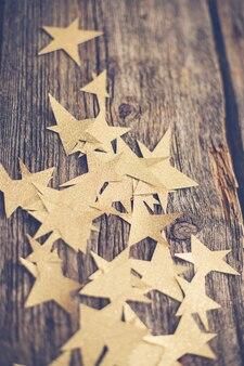 Gouden sterren op houten vloer
