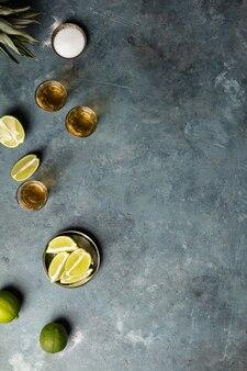 Gouden tequila met limoen en zout, plat liggend