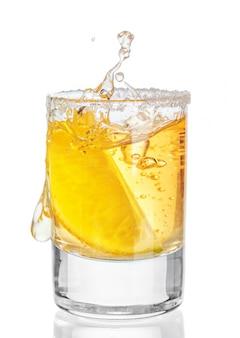 Gouden tequila shot geïsoleerd