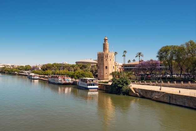 Gouden toren torre del oro langs de rivier guadalquivir, sevilla andalusië, spanje.