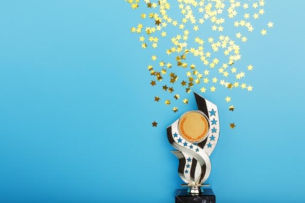 Gouden trofee met sterren die succes vieren