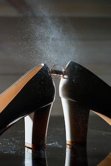 Gouden trouwring met damesschoenen op de trouwdag