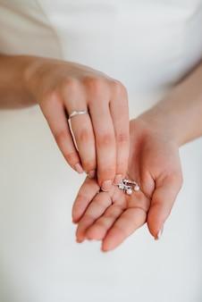 Gouden trouwringen als attribuut van de bruiloft van een jong stel Premium Foto