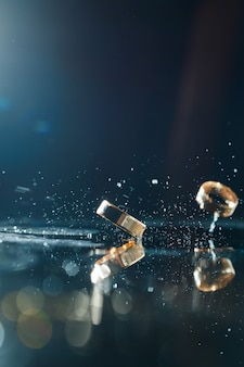 Gouden trouwringen met waterspatten