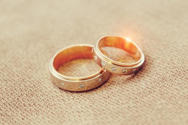 Gouden trouwringen van de bruid en bruidegom, huwelijk concept