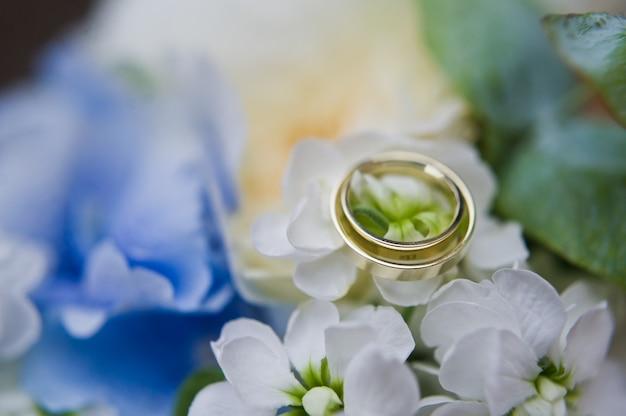Gouden trouwringen voor de bruid en bruidegom.