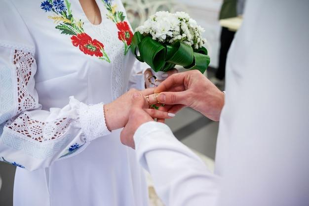 Gouden trouwringen voor pasgetrouwden op hun trouwdag