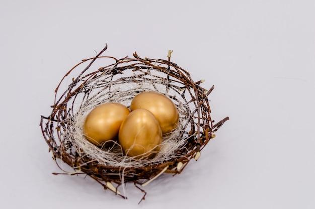 Gouden verfraaide eieren van pasen op witte achtergrond.