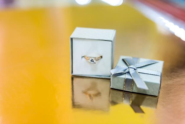 Gouden verlovingsring in zilveren geschenkdoos