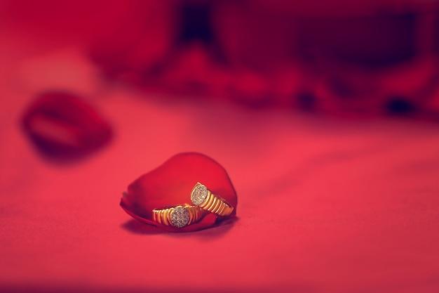 Gouden verlovingsring met rode roze bloem