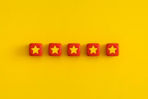 Gouden vijf 5 sterren, beste uitstekende servicebeoordeling op rode blokjes