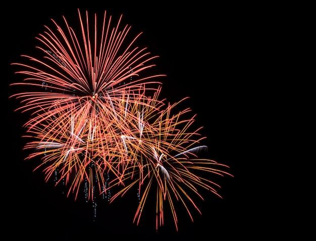 Gouden vuurwerk in de zwarte lucht met een kopie ruimte