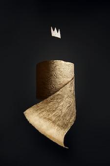 Gouden wc-papier met een kroon op een zwarte muur. een concept over het onderwerp coronavirus en pandemie