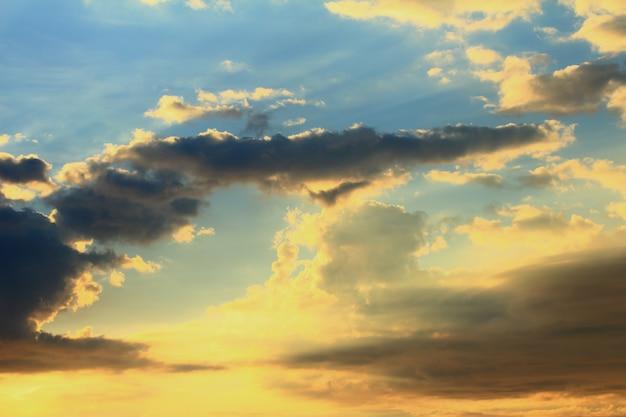 Gouden wolk en blauwe hemel in de schemering