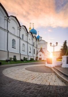 Gouden wolken boven de annunciatiekathedraal van het kremlin . van kazan