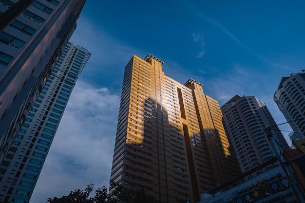 Gouden wolkenkrabber in de stad