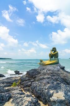 Gouden zeemeerminbeelden op het strand van samila. oriëntatiepunt van songkla in thailand.
