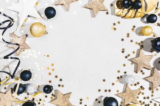 Gouden zilveren kerstdeco op grijs