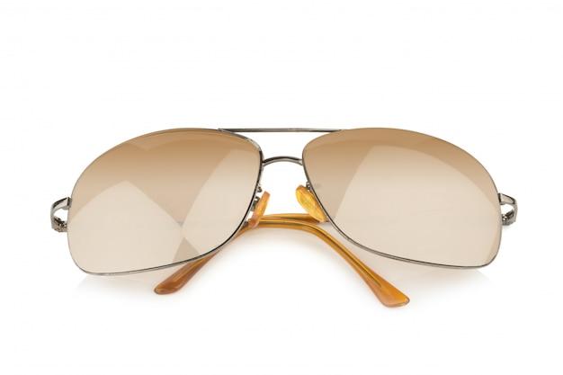 Gouden zonnebril die op witte achtergrond wordt geïsoleerd