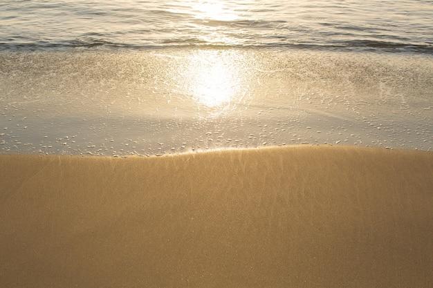 Gouden zonsondergang op de kust