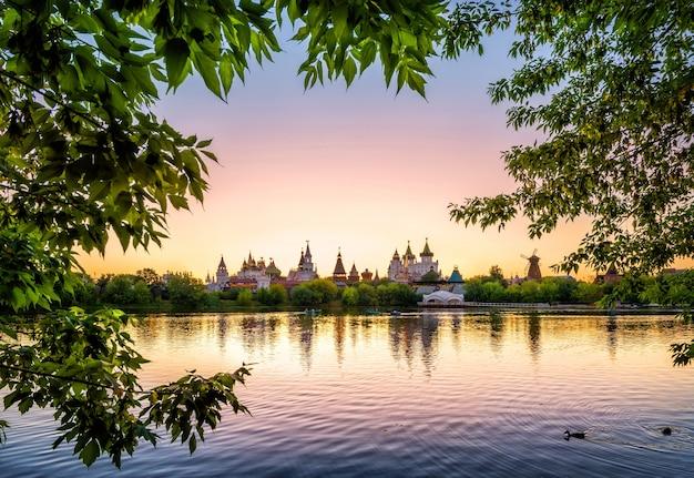Gouden zonsondergang op het meer in izmailovsky kremlin in moskou
