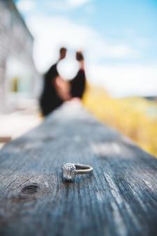Goudkleurige ring op houten hek
