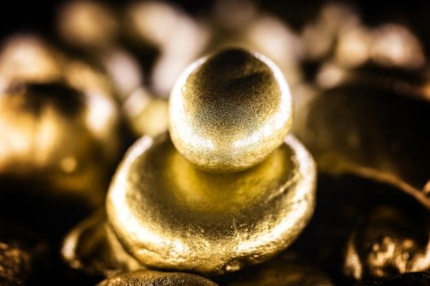 Goudklompje, waardevolle steen, gouden textuur. ruw goud gedolven. concept van rijkdom en financiële stabiliteit.