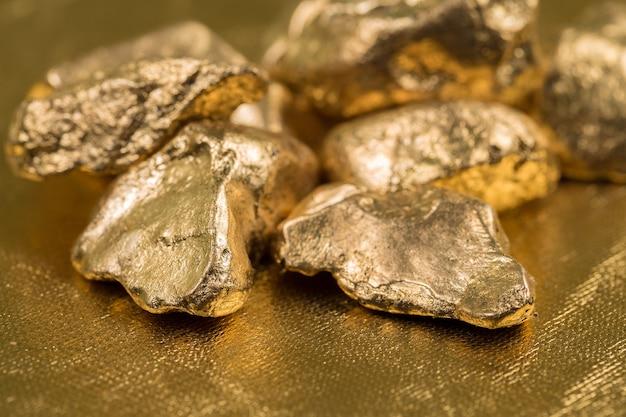 Goudklompjes op een gouden achtergrond