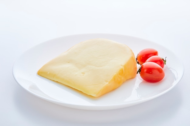 Goudse kaas met tomaten op wit