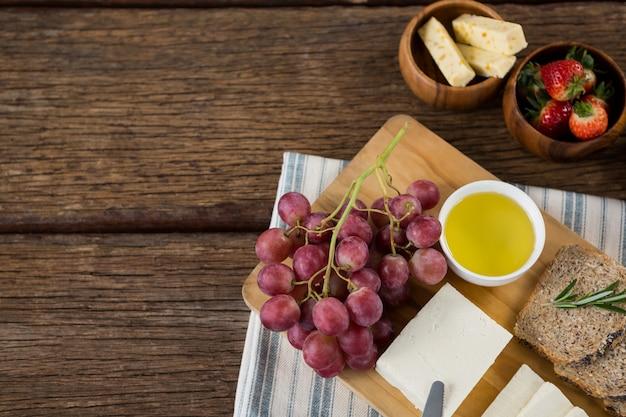 Goudse kaas, sneetjes bruin brood, limoensap en fruit