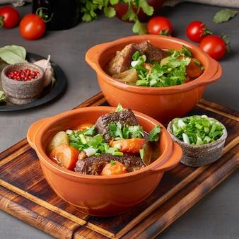 Goulash met grote stukken rundvlees en groenten.