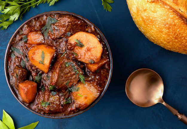 Goulash - traditionele hongaarse vleesstoofpot met aardappelen, wortelen en vlees