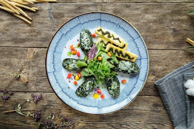 Gourmet mosselen gevuld met spinazie en saus