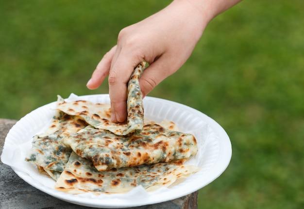 Gozleme, een traditioneel gerecht van de turkse keuken in de vorm van flatbread gevuld met greens en kaas