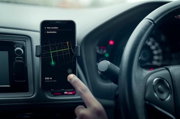 Gps-navigatiesysteem op een telefoon in een zelfrijdende auto