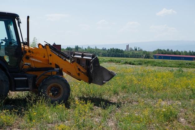 Graafmachine en nieuwbouw in het veld