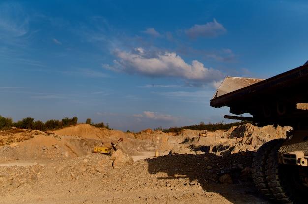 Graafmachine grond nivellering bouwplaats